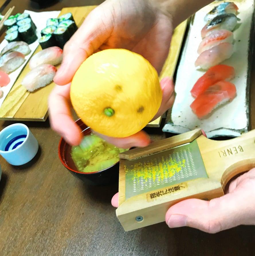Yuzu-hedelmää voi raastaa kalan päälle ja saa raikkaan maun.