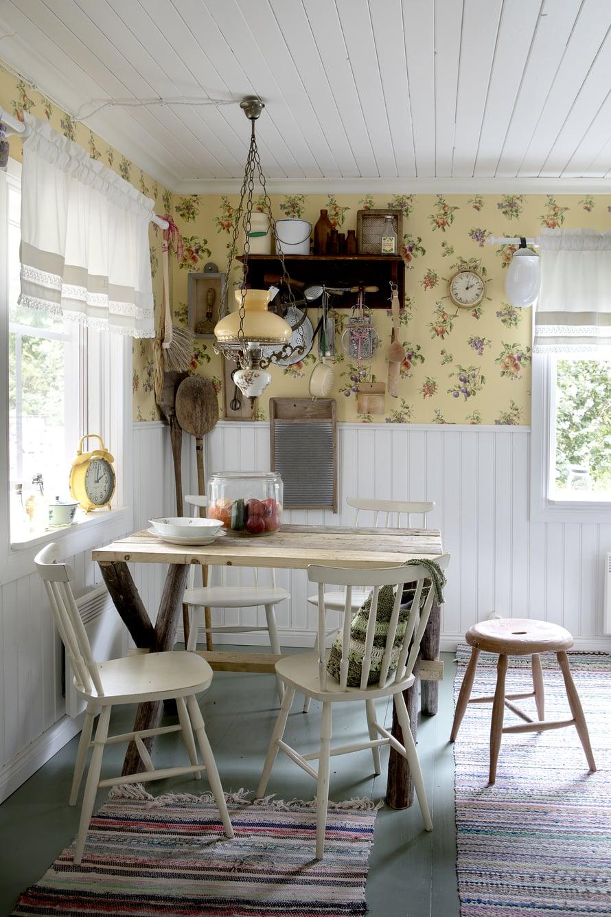 Mökin huoneet ovat melko pieniä, mutta Elina on onnistunut sisustamaan ne niin, että keittiössäkin on tilaa sekä kokkailla että ruokailla.