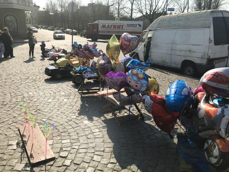 Punaisenlähteentorilla ei ainakaan keväisenä perjantaipäivänä kaupata pimeää viinaa, vaan ilmapalloja ja leikkiautoja.