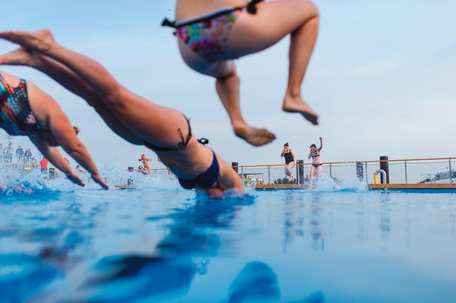 Allas Sea Poolissa pääsee pulahtamaan niin mereen kuin lämmitettyyn altaaseen.