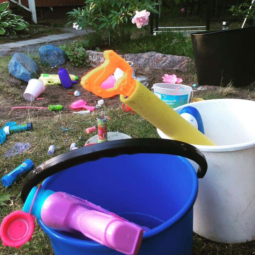 Muovipinnat puhkeavat kukkaan luonnonmateriaalien keskellä.