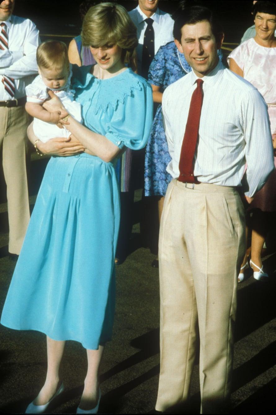 Pehmeästi kiharrettu kampaus vuodelta 1983. Ja mikä ihana mekko!