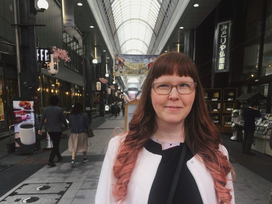 Laura hankki Japanissa paikallisen junapassin ja kuluvan viikon ajan hän kiertää kumppaninsa kanssa japanilaisia kaupunkeja, muun muassa Osakan ja Kagoshiman.