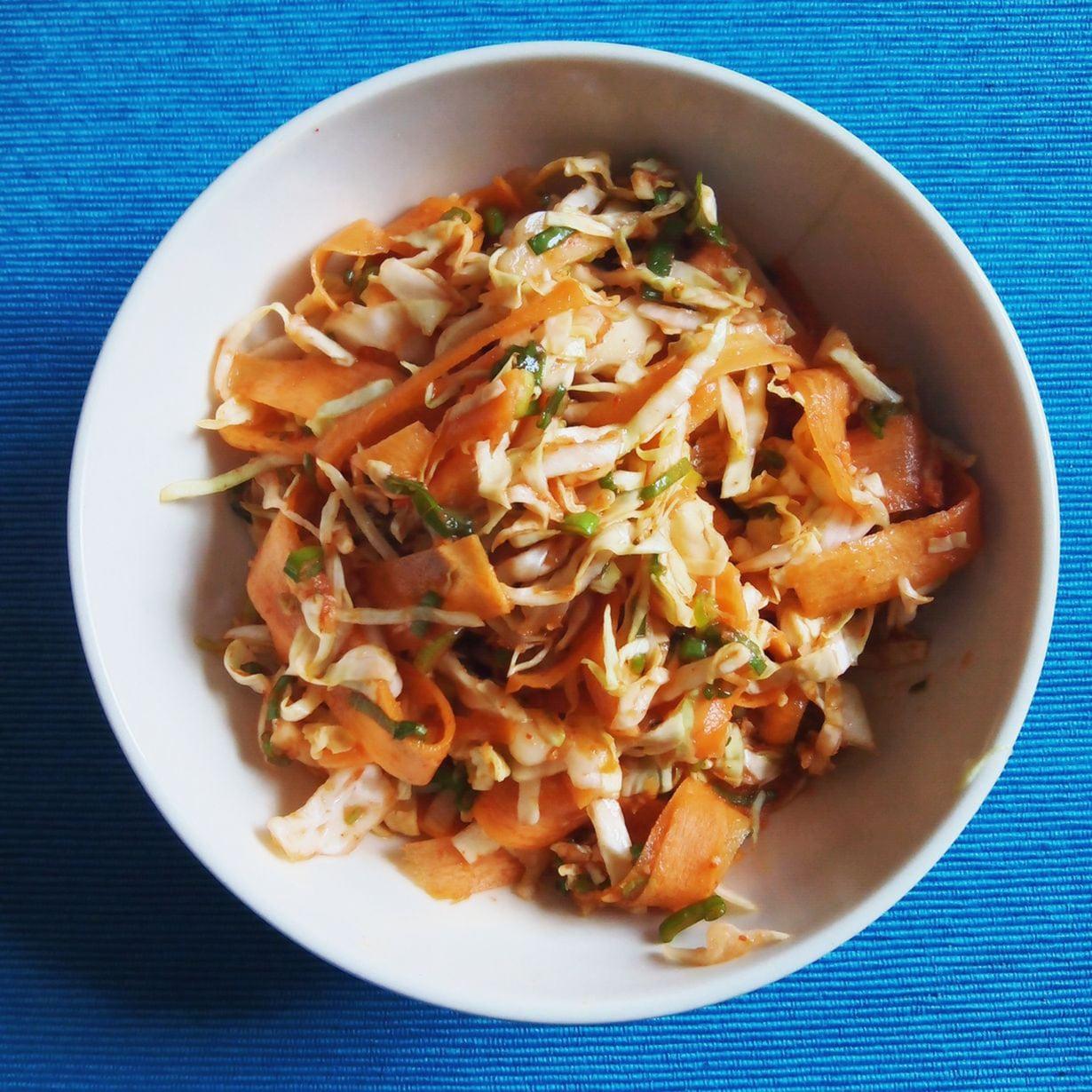 Tulinen kastike saa tutun coleslawn maistumaan ihan kimchiltä.