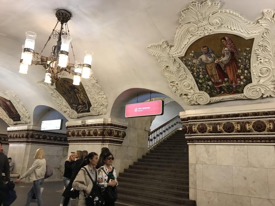 Metron sadat asemat ovat myös omanlaisiaan tilataideteoksia, joissa varsinkin sosialistinen realismi on kukkeimmillaan.