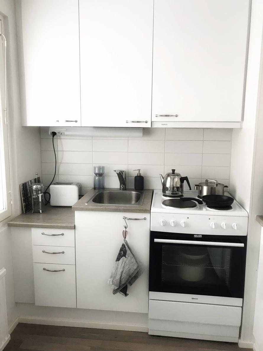 Keittiö on minimalistinen, kuten hotelleissa, jos sitä ylipäätään on siellä. Kuva: Miran kotialbumi