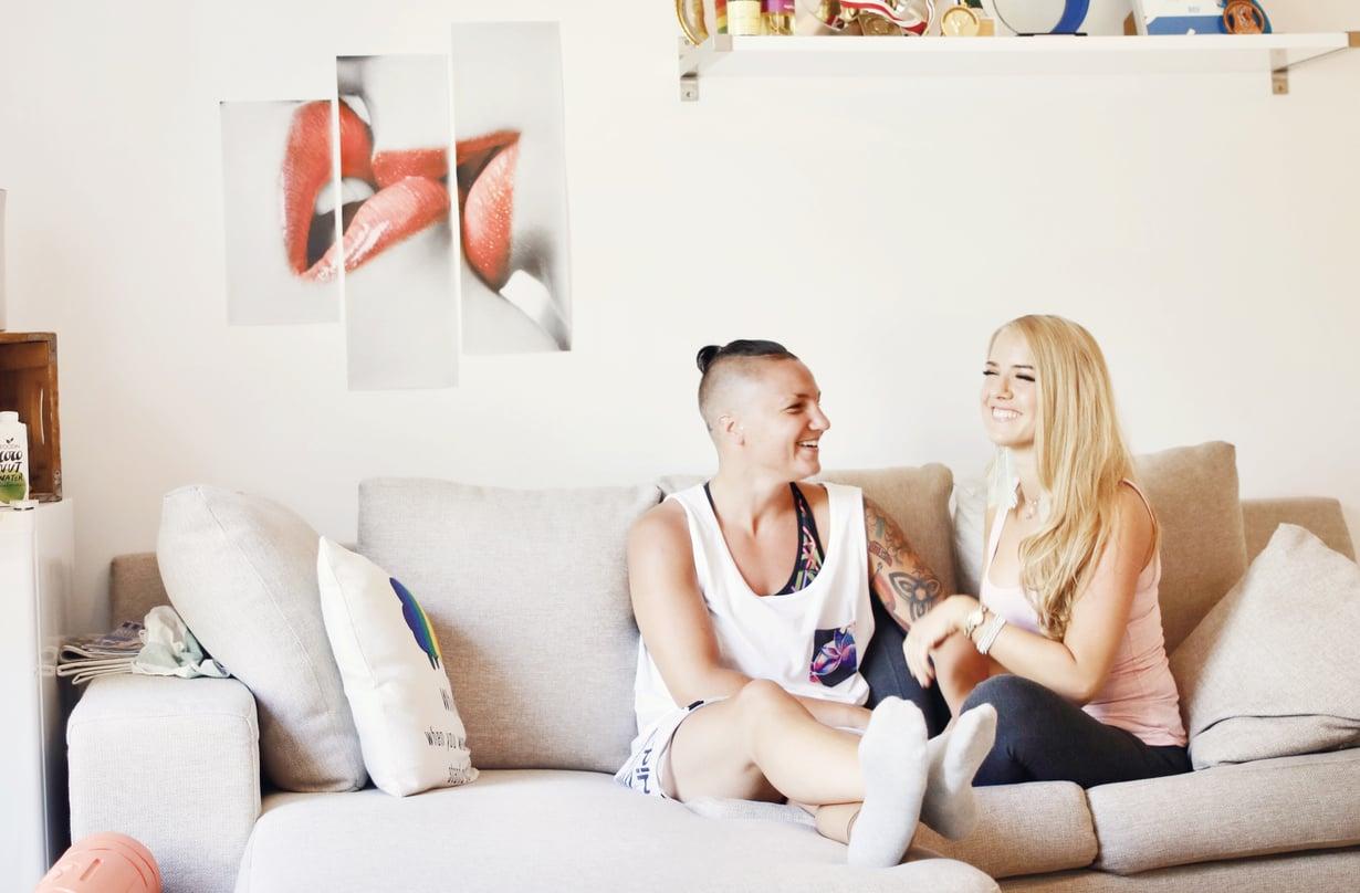 Elina Gustafsson (vas.) ja Emmi Asikainen elävät eri rytmissä: kun Elina menee nukkumaan, Emmi jää vielä iltakukkumaan.