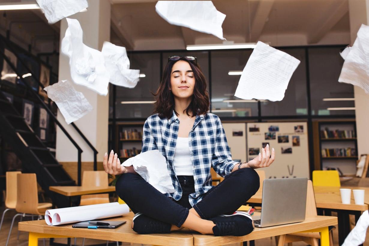 Narsistipomon vaatimuksiin voi vastata kieltävästi ilman työpaikkariitaa. Kuva: Shutterstock
