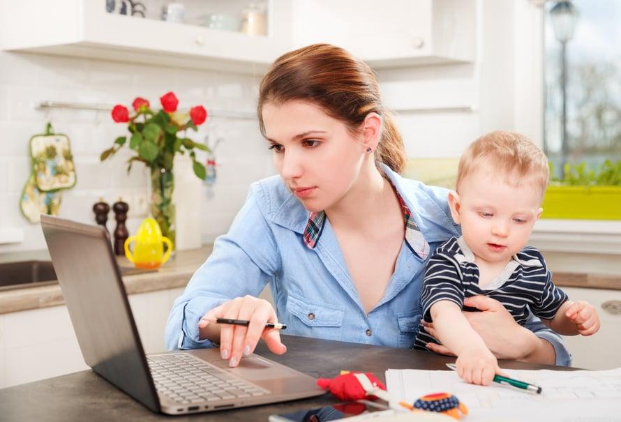 """Etätöitä tehdään usein keittiönpöydän ääressä. Mutta pitäisikö lapsi viedä kuitenkin hoitoon? Kuva: <span class=""""photographer"""">Shutterstock</span>"""