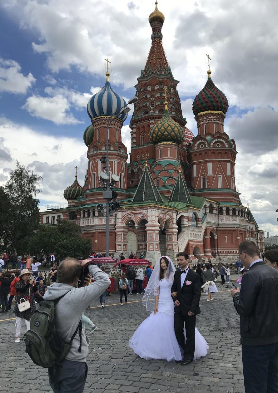 Punaisella torilla sijaitseva Pyhän Vasilin katedraali on suosittu hääkuvauspaikka. Vihkimisiä siellä tuskin mahtuu kunnialla järjestämään.
