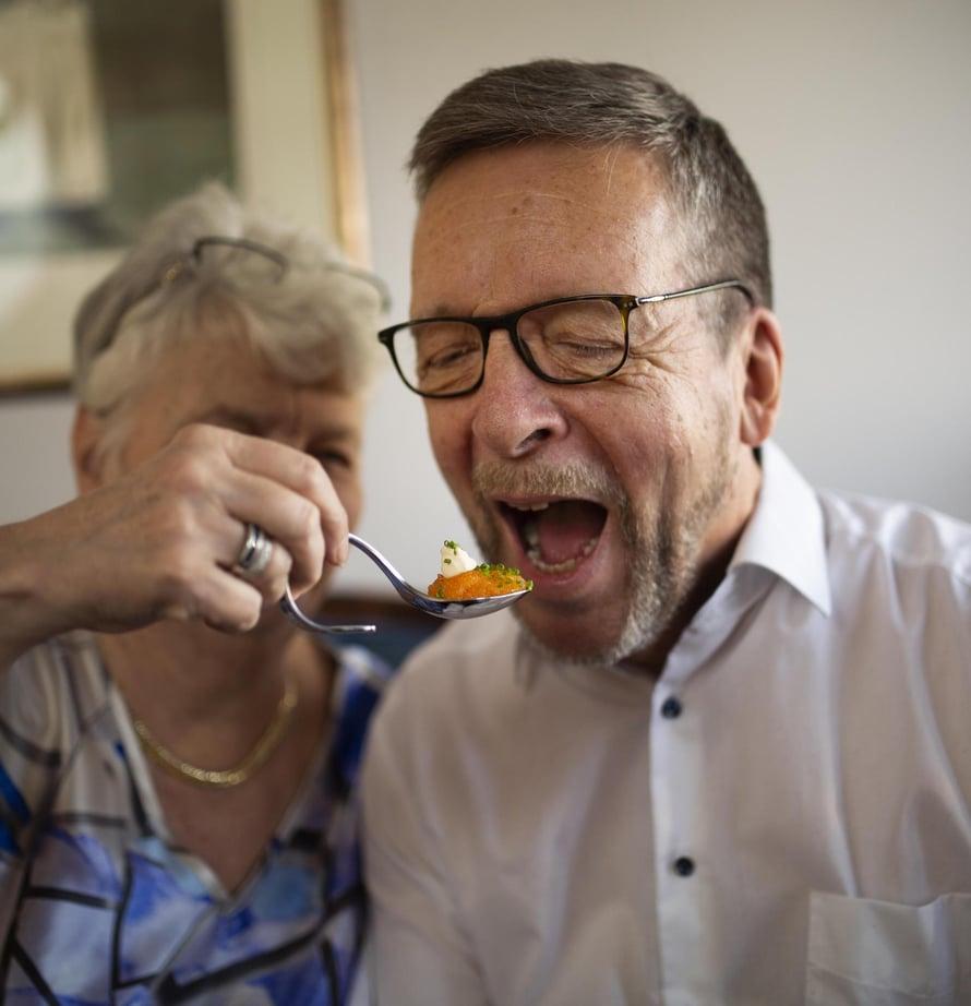 Päivi Sinivirralla on tarkempi makuaisti, Jukka Sinivirta tietää enemmän viineistä.