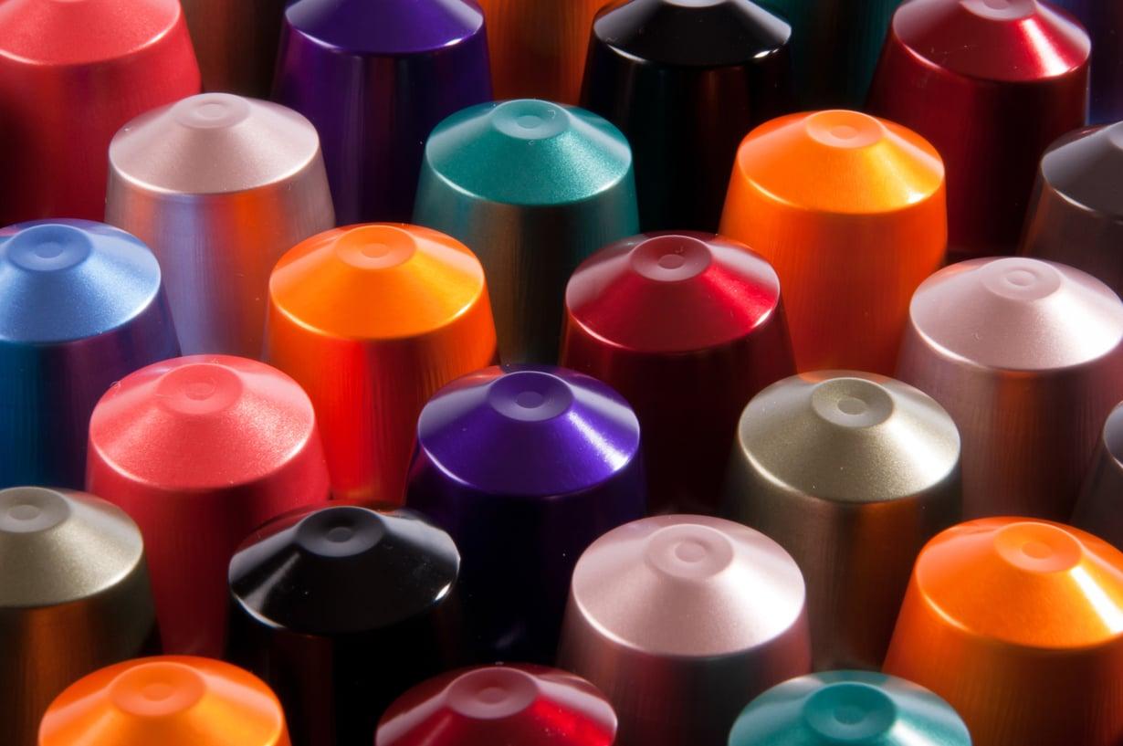 Outi Pyyn käsissä 4000 kahvikapselista syntyy 14 000 paljettia. Kuva: Shutterstock