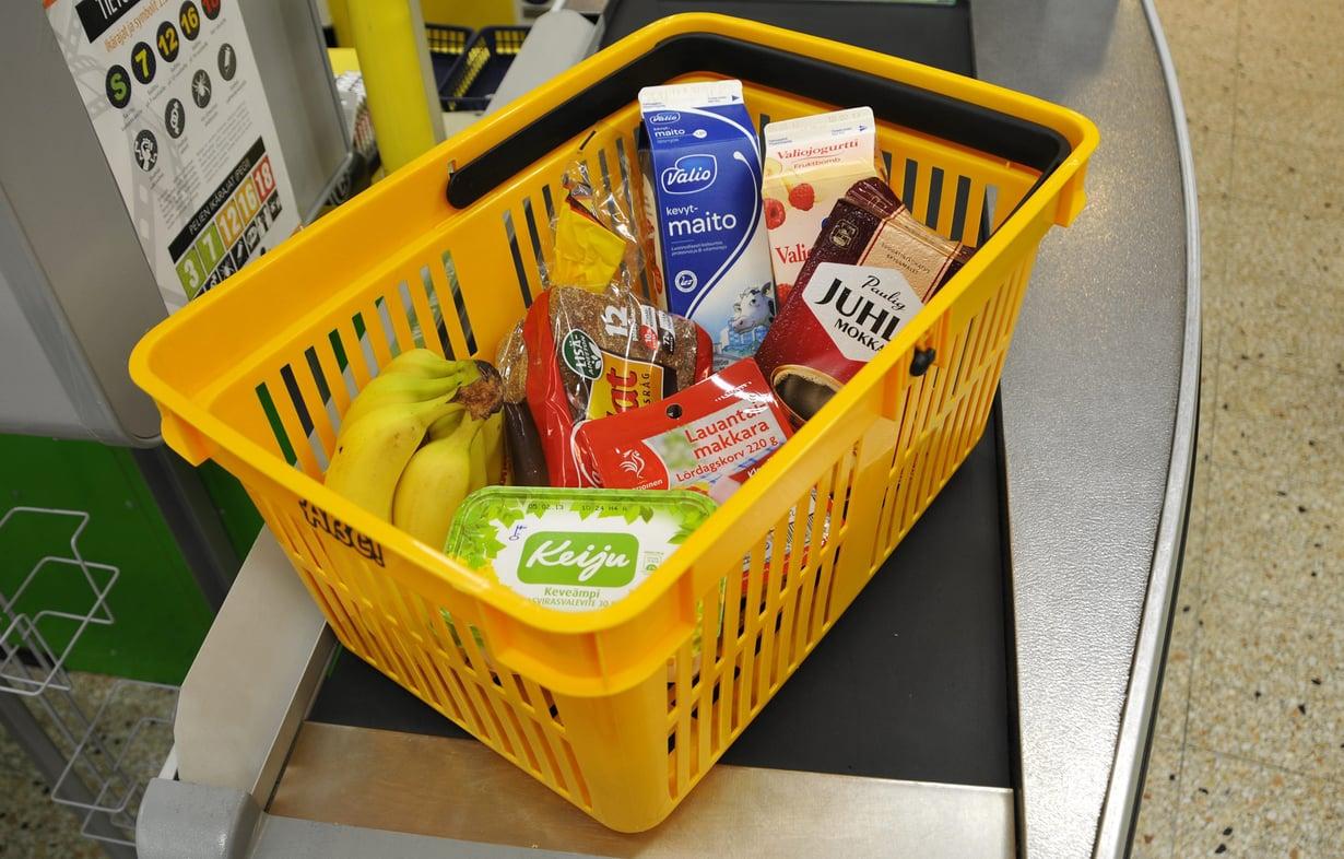 Osaisitko arvioida, mitä vaikkapa tällainen ostoskorillinen ruokaa maksaa?