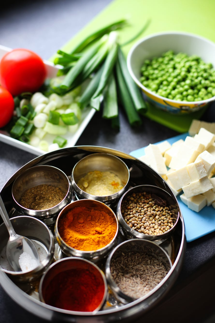 Maustekaapista löytyy garam masalaa, kurkumaa, kuminaa, korianteria, chiliä, suolaa ja pippuria. Kuva: Milka Alanen