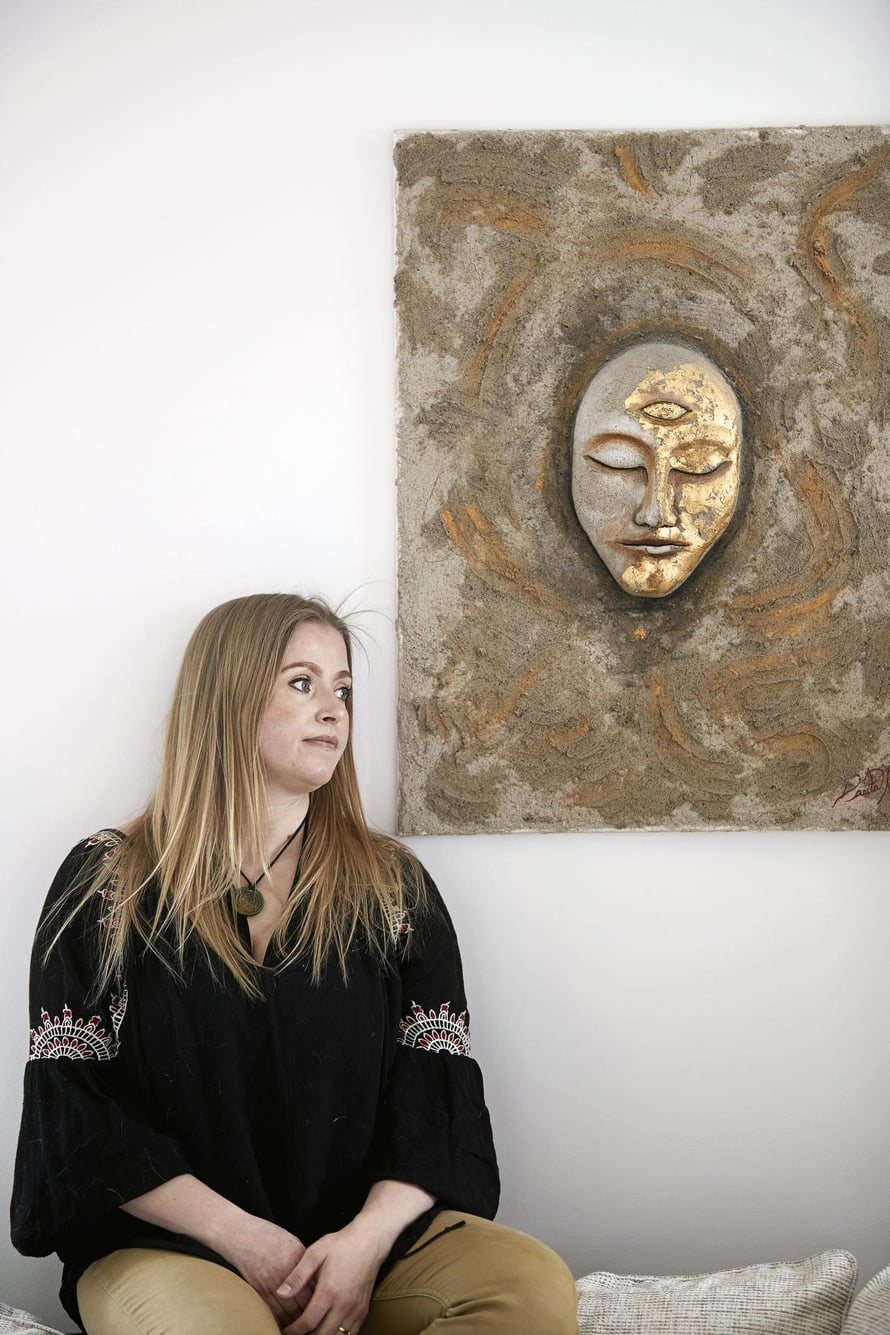 Carita Kilpinen käsittelee menneisyytensä tapahtumia taiteessaan. Kuvat: Juha Salminen
