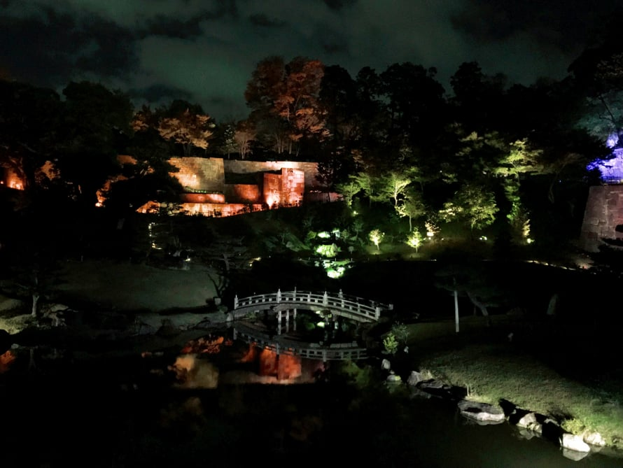 Linnan oma puutarha iltavalaistuksessa. Alueella on jatkuvalla syötöllä iltaisin valoshow, joka kestää seitsemän minuuttia ja siihen kuuluu myös musiikkia.