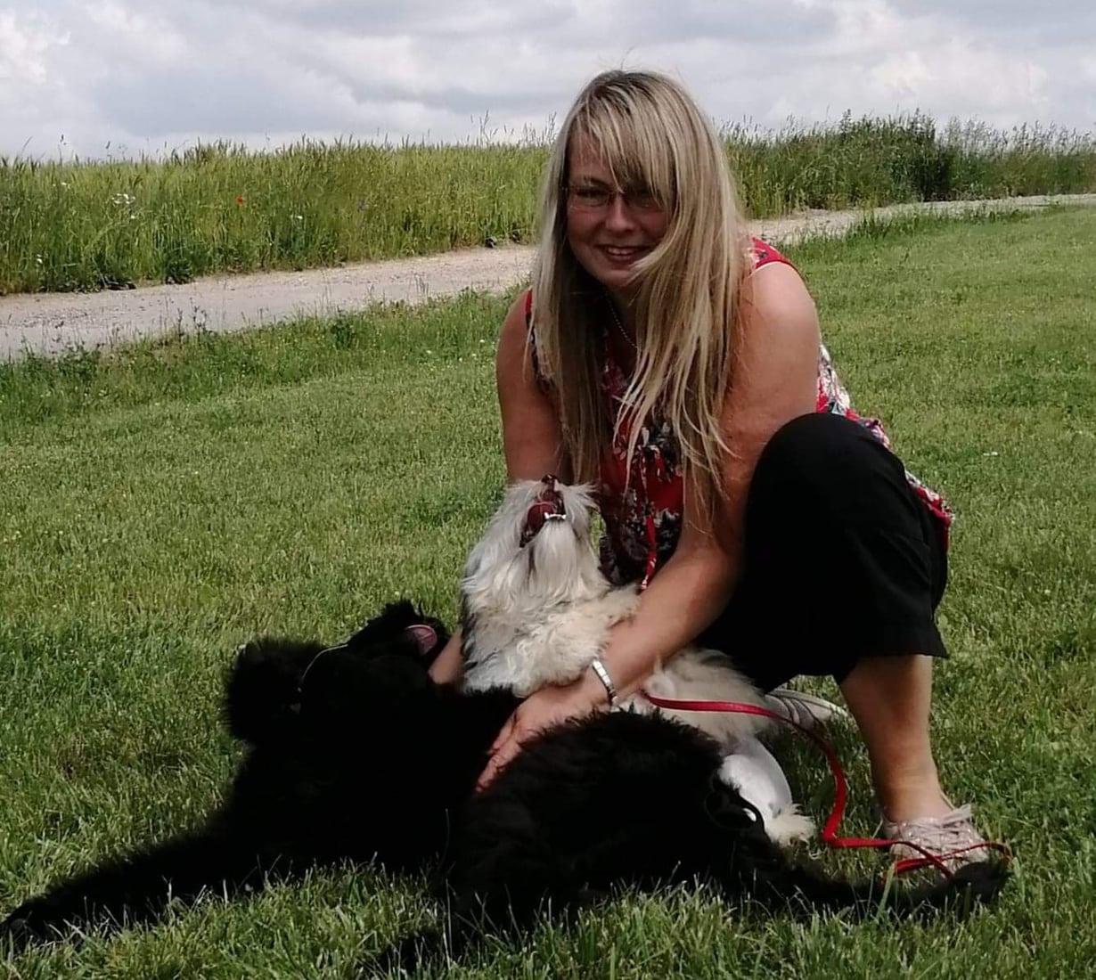 Iris on rakastunut löwchen-rotuun, joka tunnetaan myös pienenä leijonakoirana. Vaalea koira on Kikka, jonka Iris haki Unkarista. Musta koira on puolestaan ystävän koira, joka tuli samaan kyytiin Puolasta.