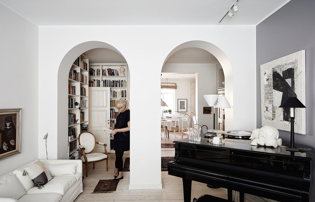 Suureen aulaan mahtuu seinällinen kirjahyllyä. Asuntoon tulvii valoa kadun puolelta olohuoneen ikkunoista ja sisäpihalta keittiön ikkunoista.
