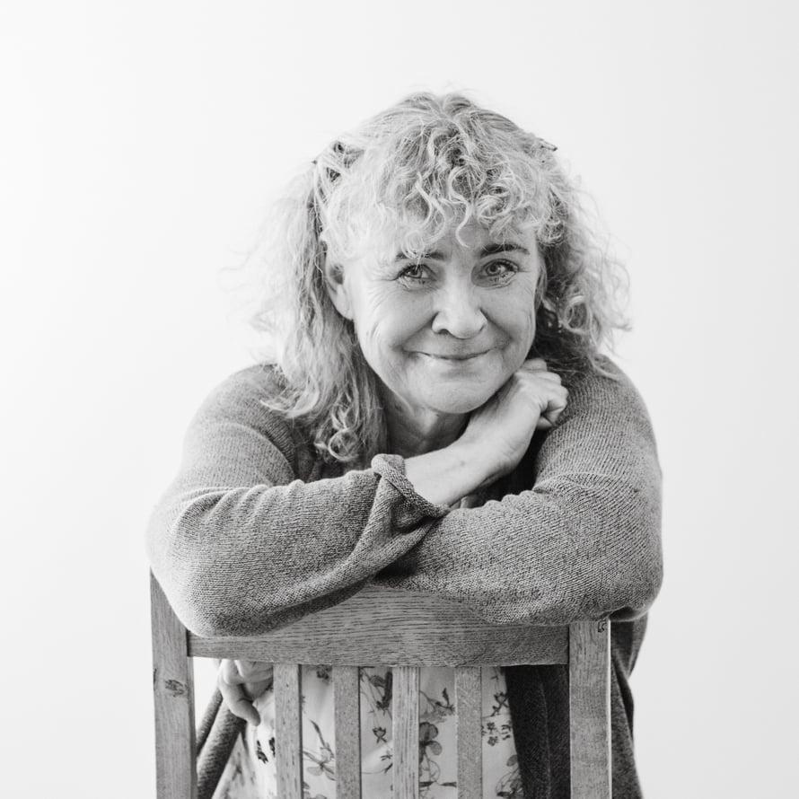 Maija Kajan on 66-vuotias gynekologi, joka on erikoistunut naisten vaihdevuosiin, niiden oireisiin ja hoitoon. Lisäbonus on, että työnsä vuoksi hän osaa hoitaa myös itseään. Maija pitää työstään, kävelemisestä, filosofiasta, lukemisesta ja Pokémonin pelaamisesta.