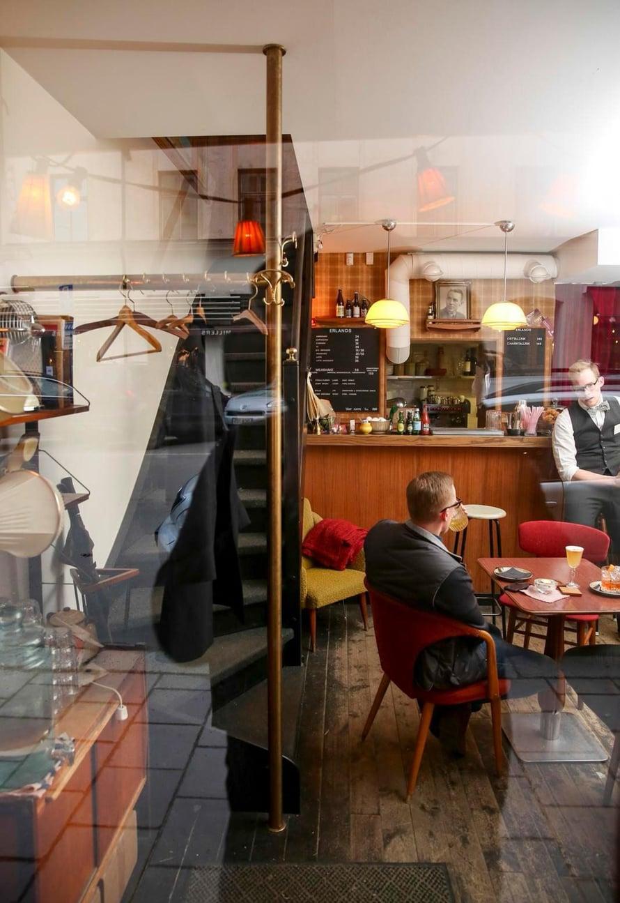 Erlands Coctailbar on sisustettu 1960-luvun olohuoneeksi.