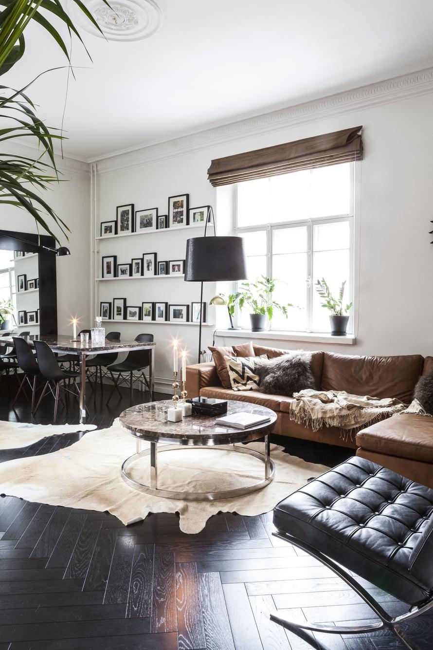 Marmorikantinen sohvapöytä on prototyyppi työprojektista. Verhojen raakasilkki, tyynyjen karvat, Chattwall & Jonssonin pellavatyynyjen rouheus ja sohvan nahka antavat kotiin materiaalien tuntua ja luovat Jaanan rakastamaa ylellisyyttä.