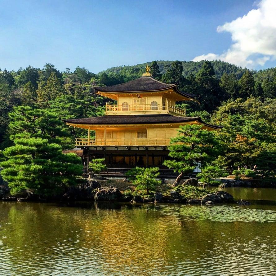 Kinkaku-ji eli kultaisen paviljongin temppeli on paikka, jossa ei tarvitse puhua mitään, ellei halua. Tämä on todellinen rauhallisuuden tyyssija ja sijaitsee Kiotossa.