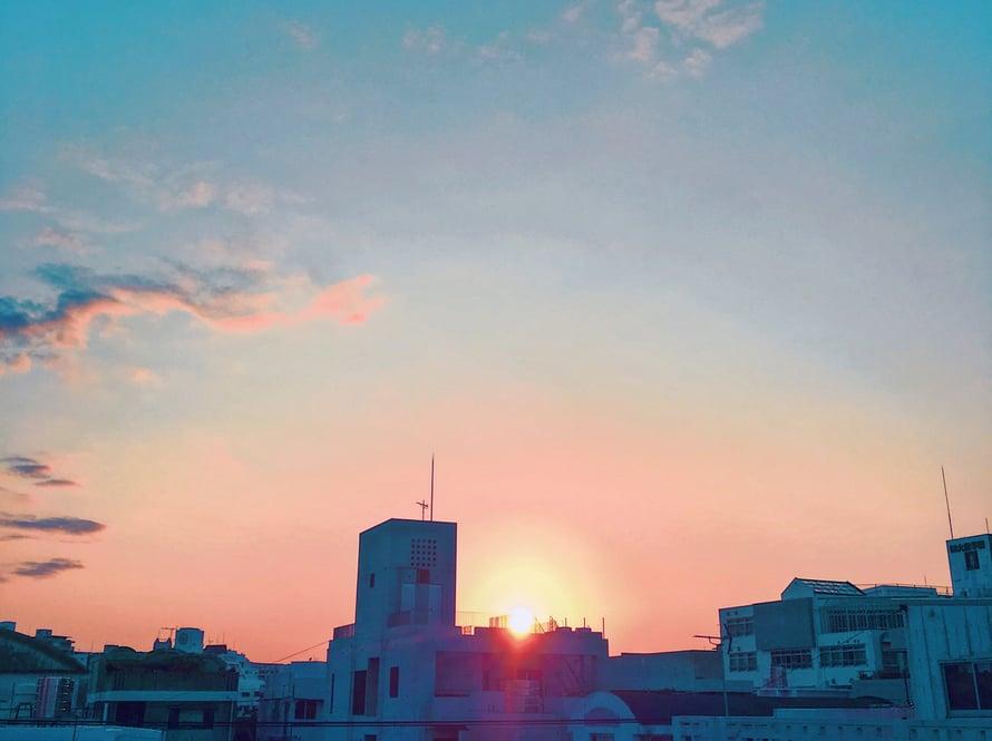 Iltapäiväkirjoittelua Nahan kattojen yllä. Valitsin Airbnb-asuntoni lähinnä tämän parvekkeen vuoksi. Kuinka ihanaa siellä olikaan kirjoitella juttuja Okinawasta ja muista aiheista!