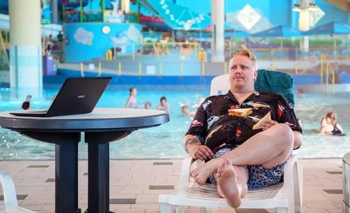 Tyttöjä nauratti Serenan kuvauspäivänä Arttu Wiskarin kuvausvaatteet. Aiotko mennä noilla uimaan?