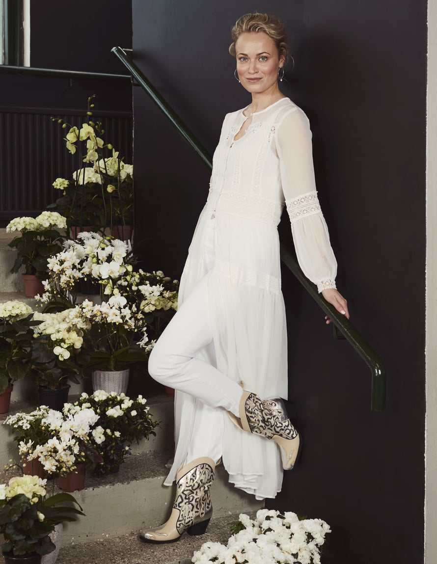 Valkoinen pitsimekko on boheemi valinta kaikkiin kesäjuhliin. Parita romanttinen mekko asennebuutsien kanssa. Mekko 70 €, Y.A.S. Toppi 17 €, Only. Farkut 39,95 €, Cubus. Korvakorut 27,50 €, Snö of Sweden. Buutsit 129 €, H&M Conscious Exclusive. Kuva: Piia Arnould