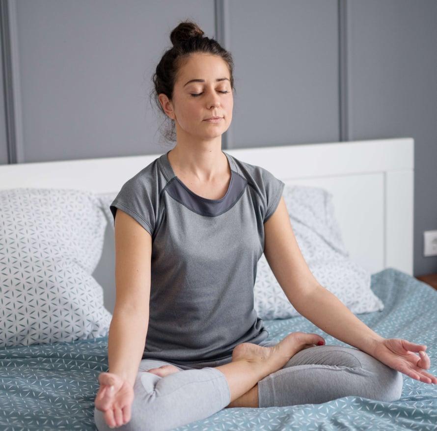 Mieli rauhoittuu, kun keskityt tietoisesti hengitykseen ennen nukkumaanmenoa.