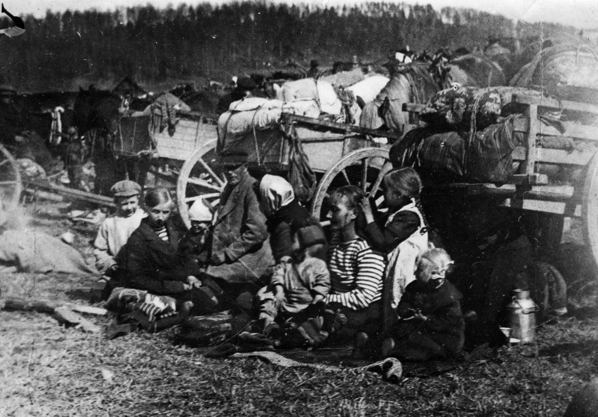 Punainen perhe Fellmanin kentällä. Lahdessa vangiksi joutui myös lapsia ja nuoria.