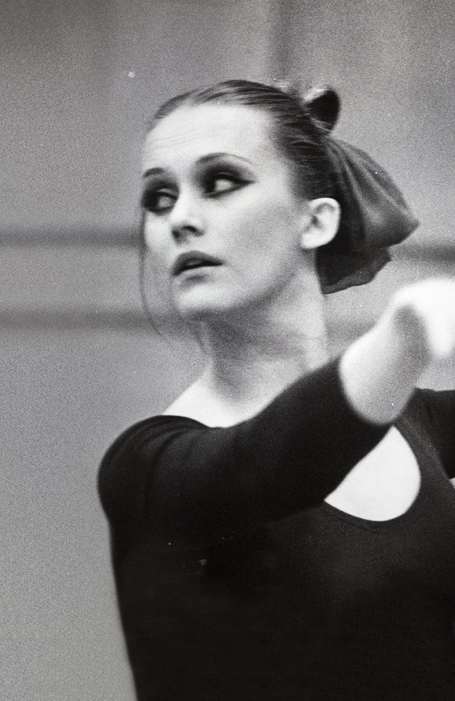Tässä kuvassa Liisa Palin tanssii vuonna 1969. Kuva: dokumenttifilmi Tanssijatar, ohjaus ja tuotanto Kristina Schulgin/Esa Vuorinen