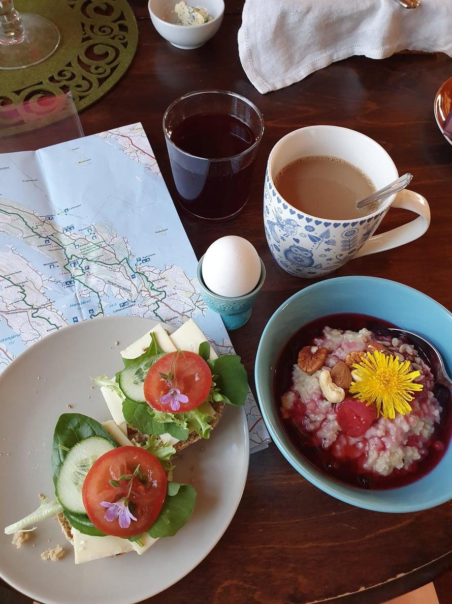Kolin Keitaaan aamiainen nautitaan tunnelmallisessa tuvassa.