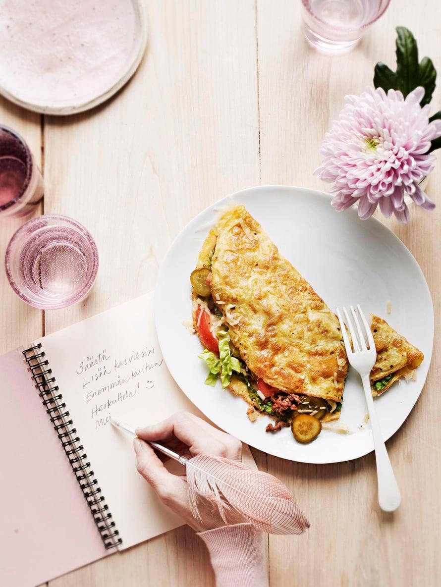 Juustohampurilaiselle maistuva munakas on terveellisempi kuin hampurilainen ja siten yksi hyvistä uuden vuoden lupauksista.