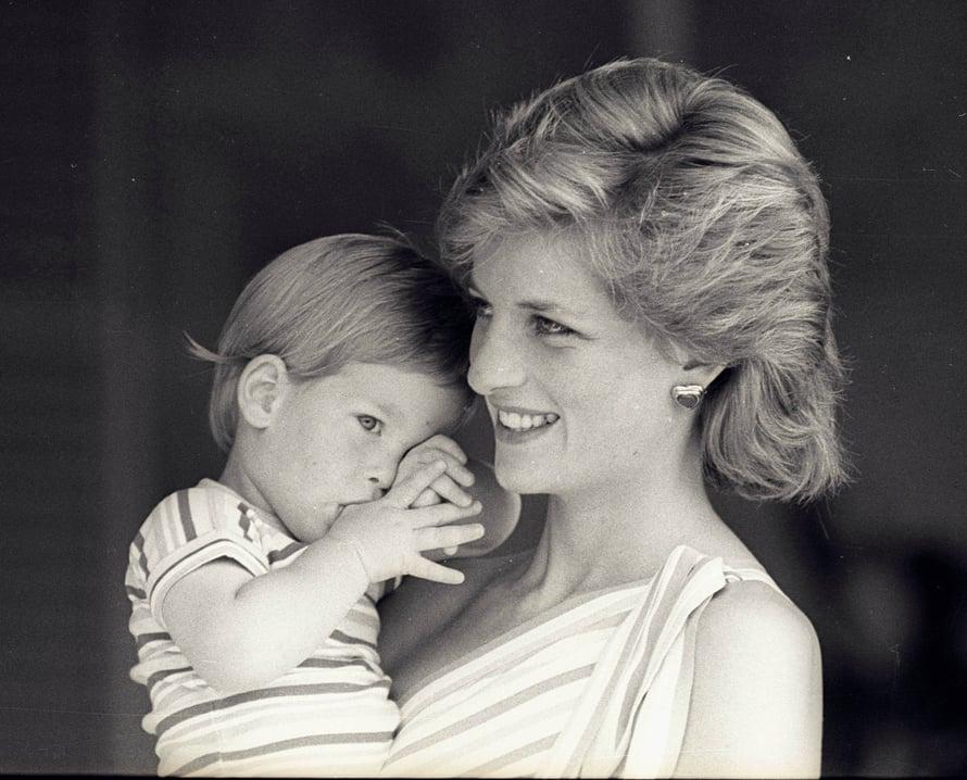 Dianan tyyliä parhaimmillaan: rento föönikampaus, luonnollinen meikki ja sydämet sulattava hymy. Sylissä 3-vuotias prinssi Harry.