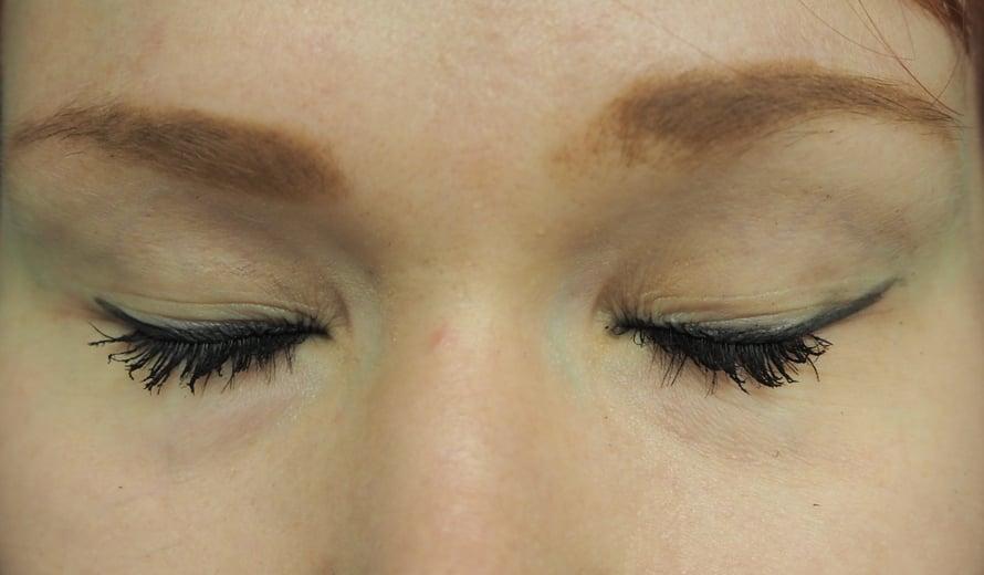 Kuvassa vasemmalla perinteiseen tapaan tehty rajaus, oikealla silmä, johon kokeilin kikkaa.