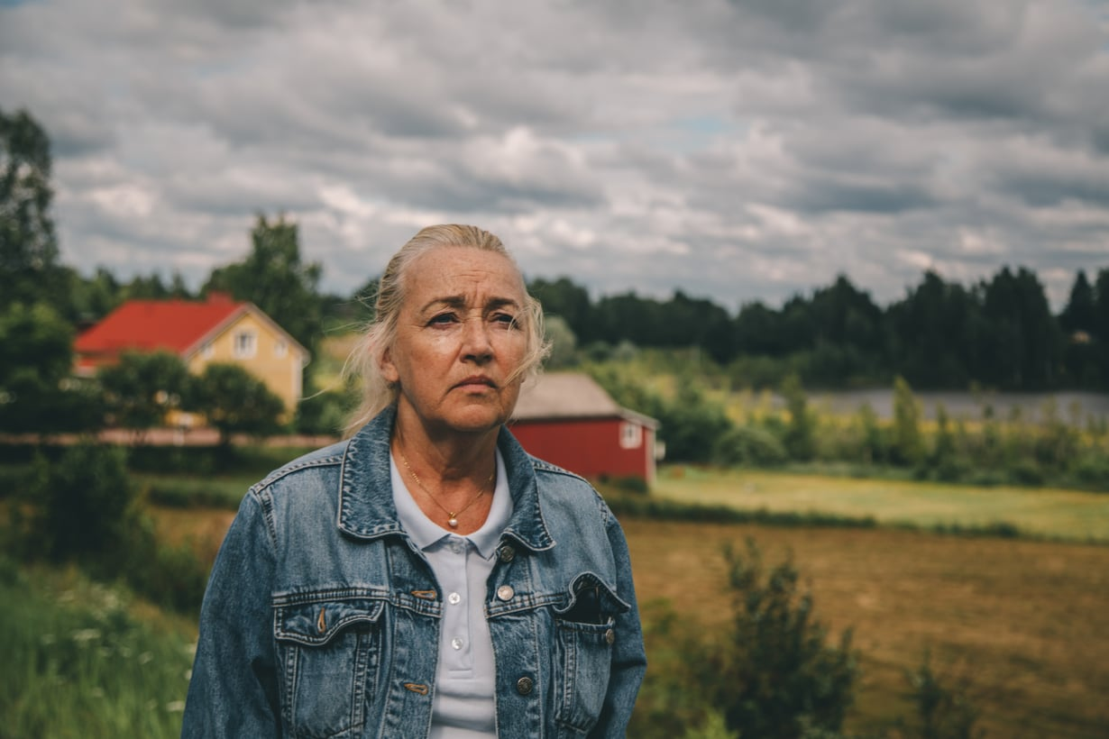 Vapauduttuaan vankilasta Eeva (Jaana Saarinen) palaa vanhalle kotiseudulleen, mukanaan vain olkalaukku, kännykkä ja yllä olevat vaatteet. Kuva: Black Lion Pictures Oy