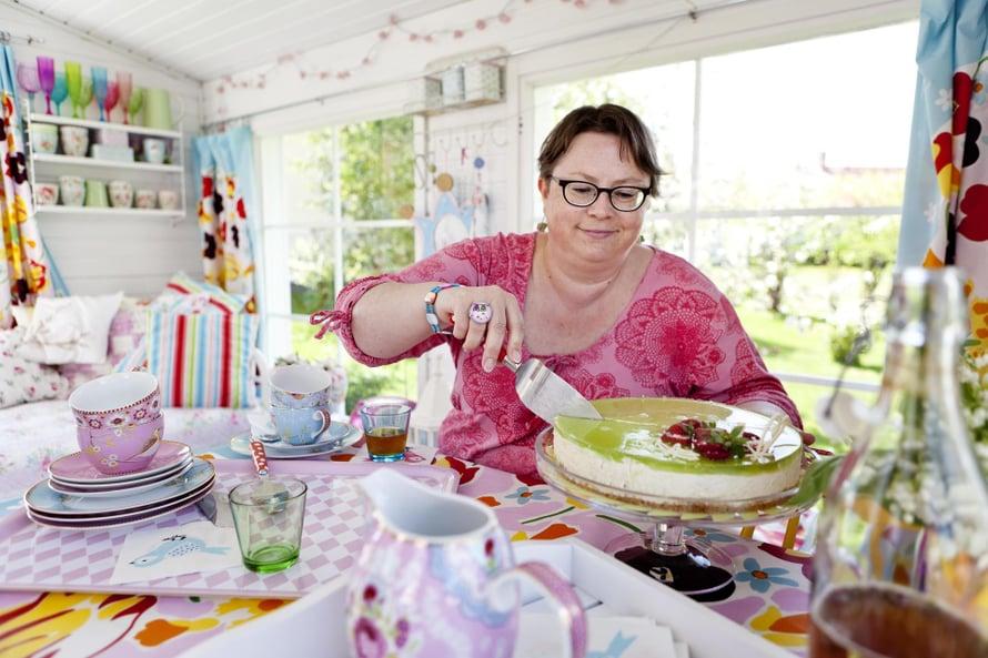 """Kakku syntyi oman pihan raparperisadosta"", Marika kertoo."