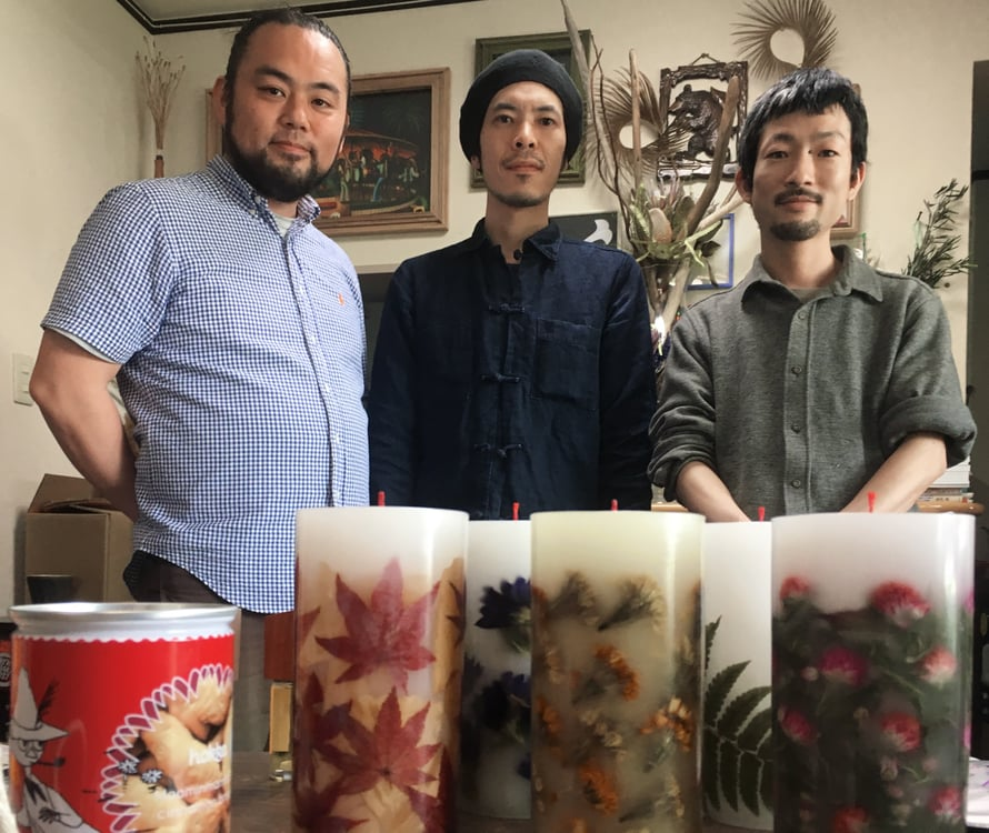 Pöydällä Muumi-keksejä sekä kynttilöitä. Yuichiro tekee muun muassa Katsukin ja Taichiron kanssa kynttiläpajan sekä vaatteiden markkinointia.