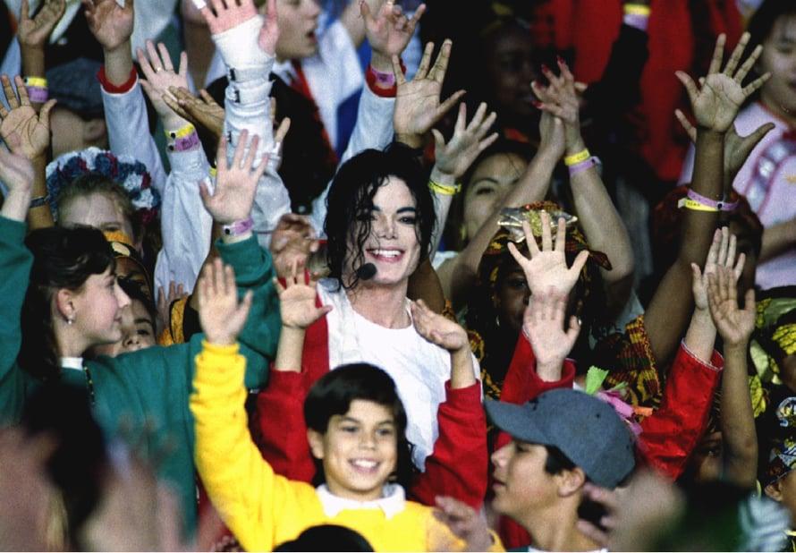 Michael Jacson vuonna 1993 faniensa ympäröimänä. Kuva: Reuters