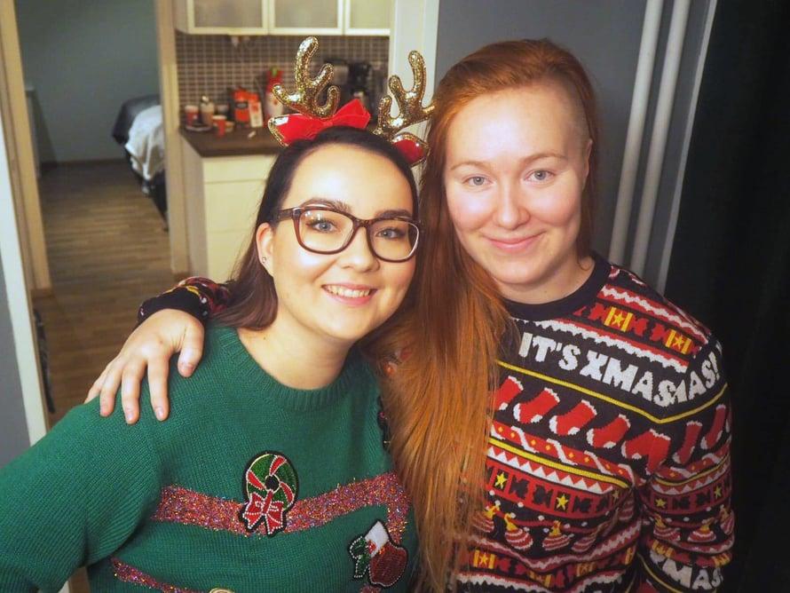 Jenna (kuvassa vas.) ja Petra joulutunnelmissa.