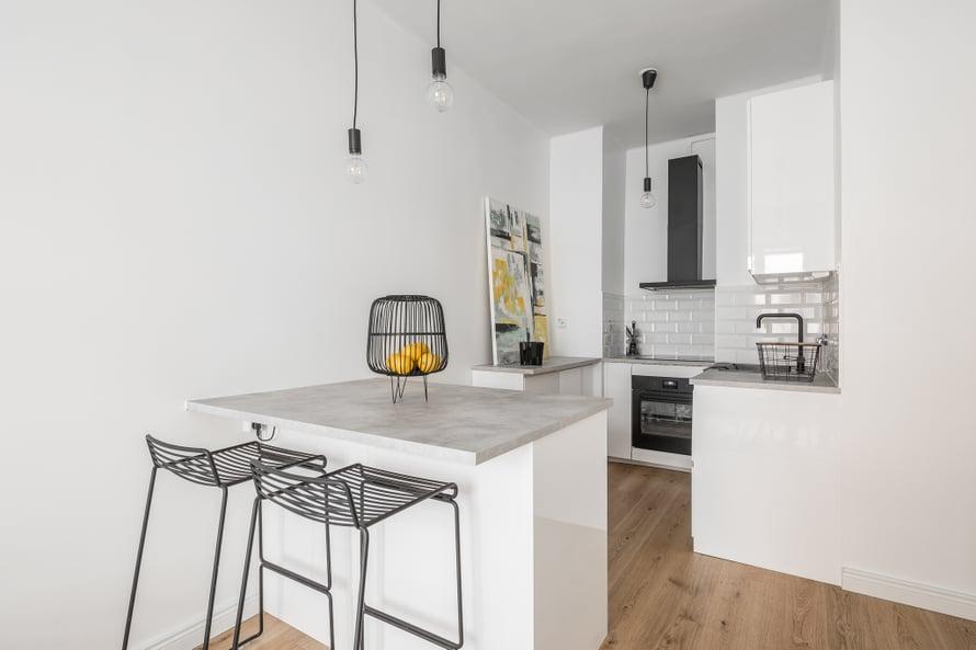 Helsingin kantakaupungissa sijaitseva kaksio oli Jennyn neljäs flippauskohde. Hän osti sen noin 230 000 eurolla ja myi reilusti yli 300 000 eurolla. Asuntoon tehtiin noin 40 000 euron täysremontti. Kuvat keittiöstä ennen remonttia ja sen jälkeen.