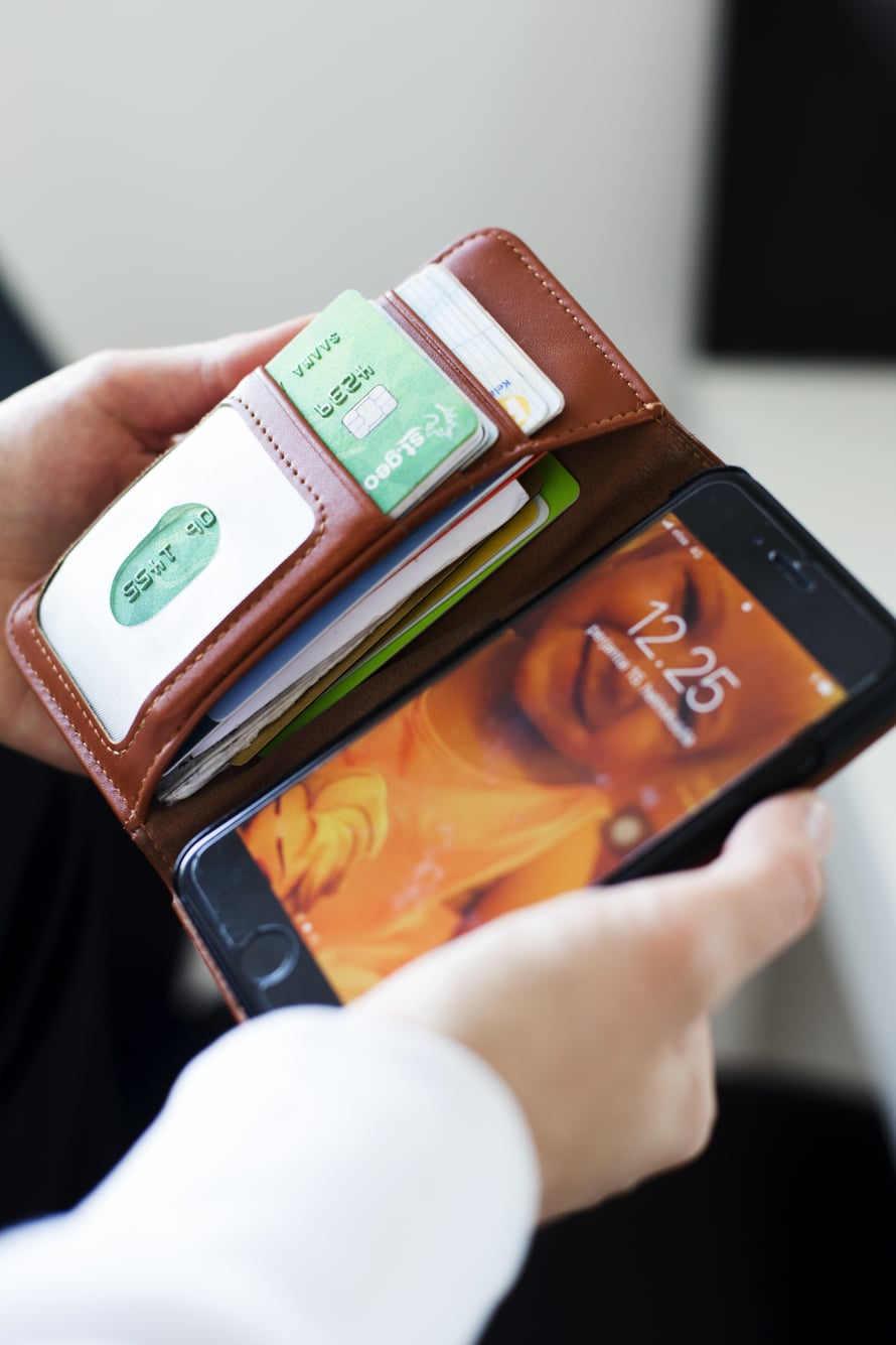 """Saana ei käytä käsilaukkua. """"Se on vapauttavaa! Kortit menevät kännykkään, kännykkä taskuun."""""""