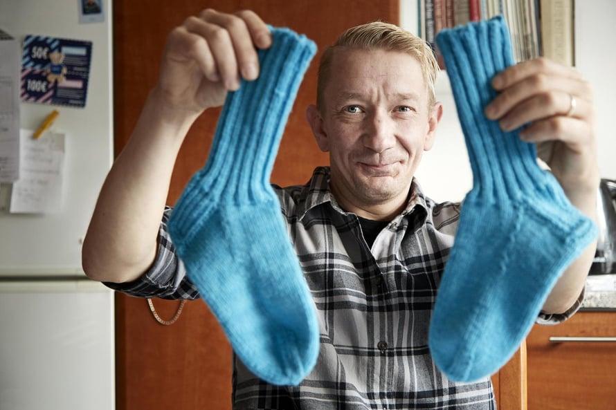 Tässä ovat Simo Silmun ensimmäiset omin käsin neulotut villasukat. Päivi-vaimo opetti laulajan neulomaan, koska raitistumisen jälkeen Simolla oli pakonomainen tekemisen tarve. Neulominen rauhoitti.
