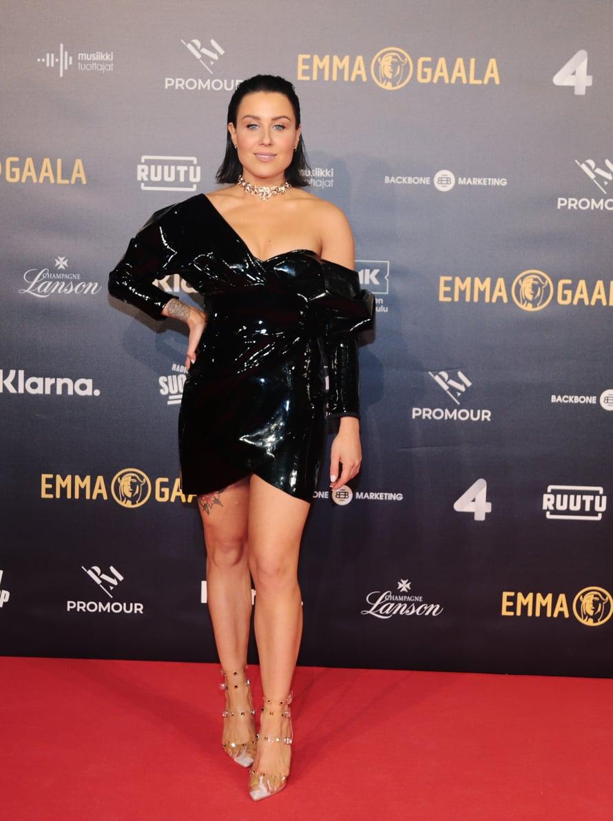 Juontaja Alma Hätönen valitsi ylleen kiiltävän mustan, lyhyen puvun.