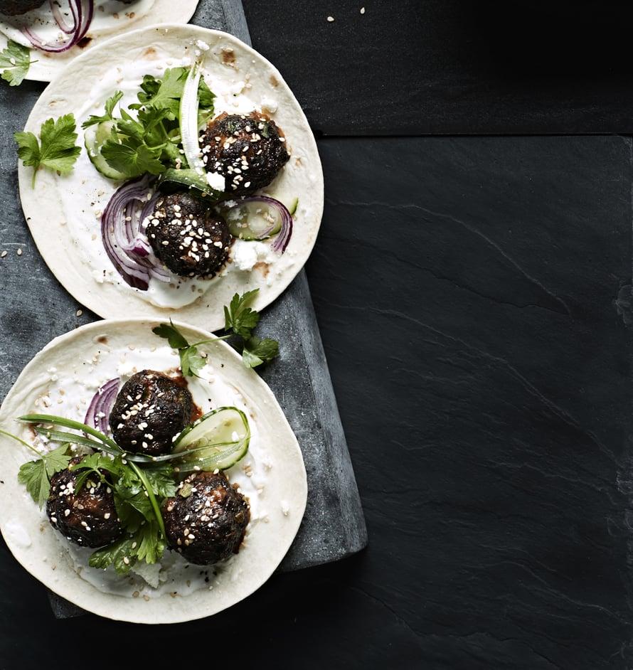 Lihapullat voi tarjota esimerkiksi tortillan välissä tai nuudelisalaatin kanssa.