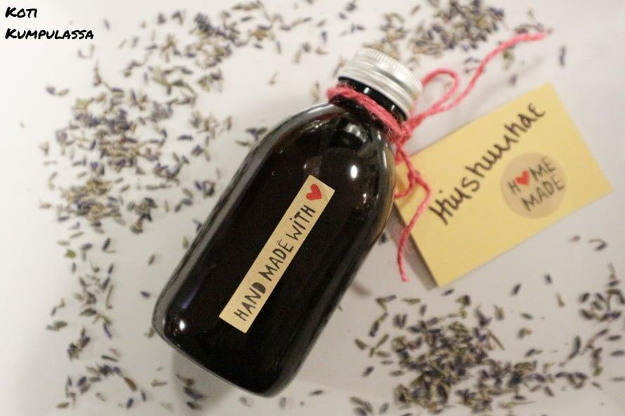 Omenaviinietikkaa, laventelia, teepuuta sekä rosmariiniä sisältävä hiushuuhde on helppo ja nopea tehdä.