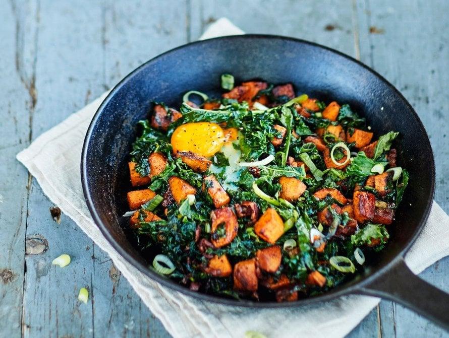 Perinteiseen pyttipannuun tulee perunaa, sipulia, makkaraa ja kananmunaa, mutta sekaan voi heittää paljon muutakin, kuten vaikkapa porkkanaa, punajuurta ja lehtikaalia.