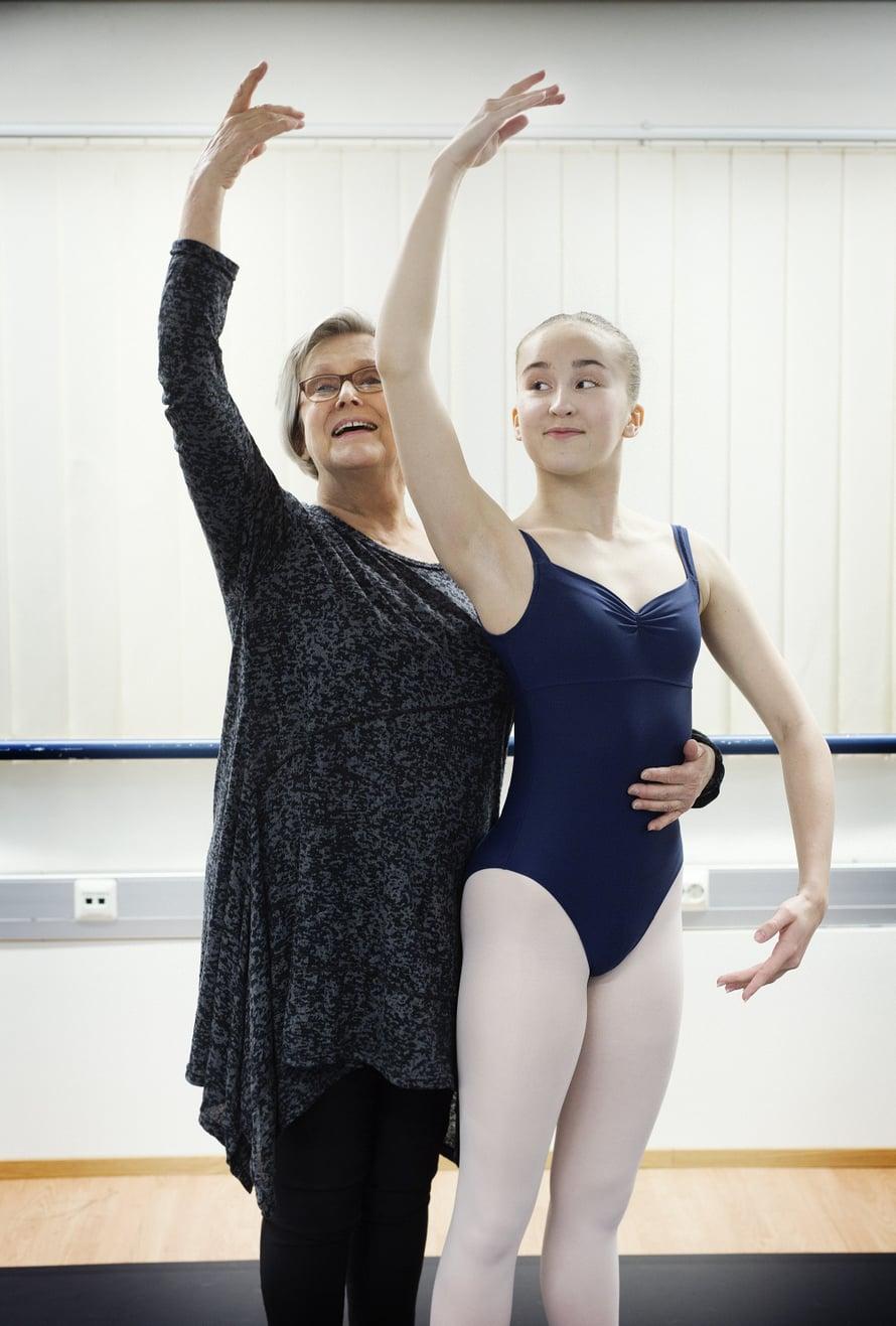 """""""Inari, näytä oma sisäinen maailmasi """", Liisa pyytää. Vuonna 2019 Liisa auttaa nuoria tanssijoita.  Inari Isohanni on Suomen Kansallisbaletin balettioppilaitoksen opiskelija."""