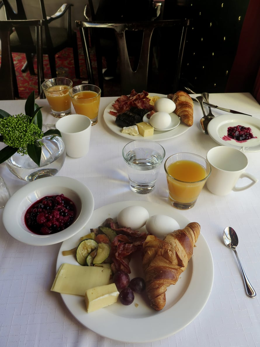 Tammerin aamupalalla tarjoillaan myös mustaa makkaraa. Arvatkaa kumpi on syntyperäisen tamperelaisen aamiaislautanen?